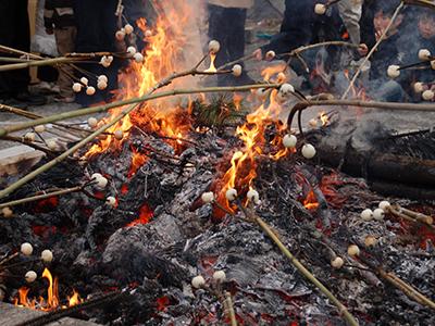 松飾りなどのお正月飾りを積み上げてお焚き上げする行事です。 ※お札、お守り、お正月飾り等のお焚き上げは年中受付をしております。 古札納め所へお納め下さい